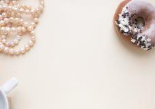 空白的工艺背景 粗砺的纸板料与玫瑰色珍珠和多福饼的 为信件文字,创造性的工作嘲笑  库存图片