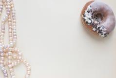 空白的工艺背景 粗砺的纸板料与玫瑰色珍珠和多福饼的 为信件文字,创造性的工作嘲笑  免版税库存图片