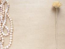 空白的工艺背景 粗砺的纸板料与玫瑰色珍珠和花的 为信件文字,创造性的工作嘲笑  库存照片