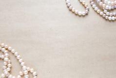 空白的工艺背景 粗砺的纸板料与玫瑰色珍珠的 为信件文字,创造性的工作概念嘲笑  免版税库存照片