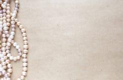 空白的工艺背景 粗砺的纸板料与玫瑰色珍珠的 为信件文字,创造性的工作概念嘲笑  图库摄影