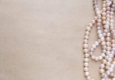 空白的工艺背景 粗砺的纸板料与玫瑰色珍珠的 为信件文字,创造性的工作概念嘲笑  库存图片