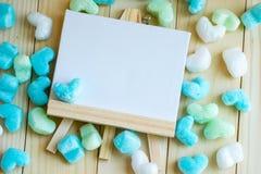 空白的并条机和蓝绿色心脏周围 免版税库存图片