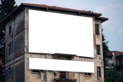 空白的广告广告牌嘲笑在老大厦门面 免版税库存图片