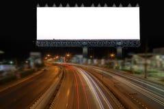 空白的广告牌和光在高速公路路在夜间 库存图片