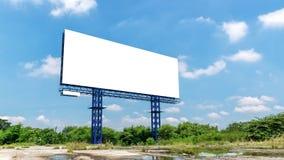 空白的广告牌在一明亮的蓝色天 免版税库存图片