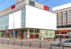 空白的广告牌在新的广告的城市 库存图片