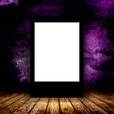空白的广告牌在空的暗室 库存图片