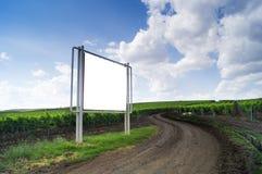 空白的广告牌在高速公路的一个葡萄园里 免版税库存图片
