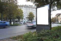 空白的广告牌或海报在城市 免版税库存照片