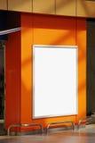 空白的广告牌,在入口的广告标志对商店 免版税库存照片