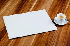 空白的报纸和浓咖啡在一张木桌上 免版税库存图片
