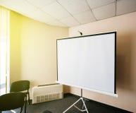 空白的放映机在办公室研讨会会议室 库存照片