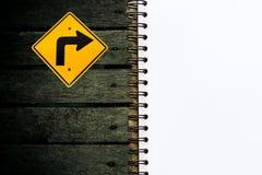 空白的文具和向右转在黑木纹理背景的符号集介绍和事务的 免版税库存照片