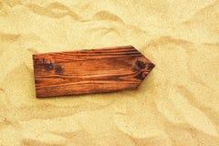 空白的木方向标当在海滩沙子的拷贝空间 库存照片