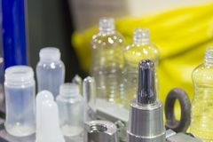 空白的材料注塑法瓶吹的过程的 免版税库存照片