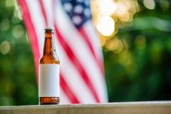 空白的标签啤酒瓶和美国国旗Copyspace 免版税库存图片