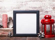 空白的框架、工艺样式圣诞节装饰和红色灯笼 免版税库存照片