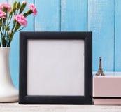 空白的框架、桃红色花和纪念品埃佛尔铁塔 库存图片