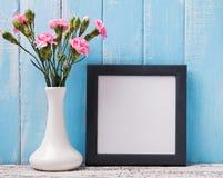 空白的框架和桃红色花 免版税库存照片