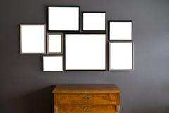 空白的框架用在灰色墙壁上的不同的大小 免版税库存照片