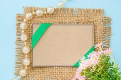 空白的棕色标记纸回收与花 免版税库存图片