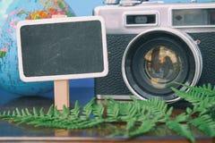 空白的概念木标志、地球和葡萄酒照相机在木桌上 图库摄影