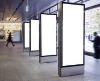 空白的横幅显示的嘲笑在与人的公共建筑 库存图片