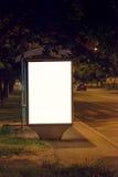 空白的汽车站广告牌在晚上 免版税库存图片