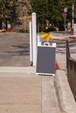 空白的灰色三明治类型在一条街道上的粉笔板有一面黄旗的 库存照片