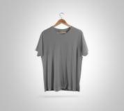 空白的灰色T恤杉前面挂衣架,设计大模型,裁减路线 库存照片