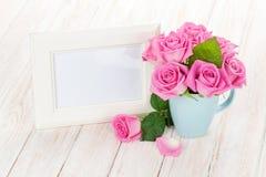 空白的照片框架和桃红色玫瑰 库存图片