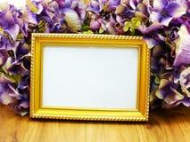 空白的照片框架和美丽的人造花 图库摄影