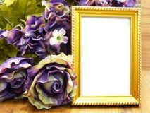 空白的照片框架和美丽的人造花 库存图片
