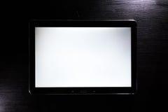 空白的片剂白色屏幕机器人黑时髦的公司木书桌 免版税库存照片