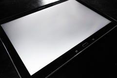 空白的片剂白色屏幕机器人黑时髦的公司木书桌 库存照片