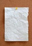 空白的片断纸被别住入corkboard 免版税库存图片