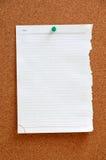 空白的片断纸被别住入corkboard 库存图片