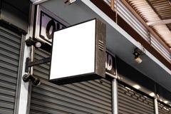 空白的白色嘲笑街道商店正方形葡萄酒牌 免版税库存图片