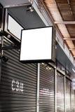 空白的白色嘲笑街道商店正方形葡萄酒牌 图库摄影