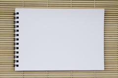 空白的白色在ligh的池塘纸现实螺旋笔记薄笔记本 免版税库存照片