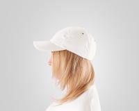空白的白色棒球帽大模型模板,在妇女的穿戴朝向 库存照片