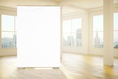 空白的白色横幅在屋子里 库存图片