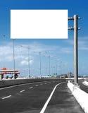 空白的白色空白的委员会或广告牌或者roadsign在街道 免版税库存图片