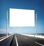 空白的白色空白的委员会或广告牌或者roadsign在街道 库存照片
