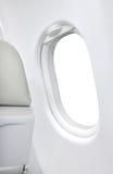 空白的白色窗口飞机和灰色位子 免版税库存图片