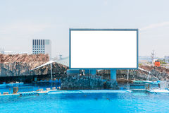 空白的白色站立在水族馆的广告牌蓝色路标 库存图片