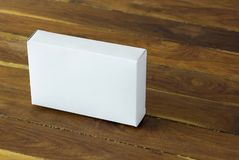 空白的白色纸板包裹箱子大模型 免版税库存照片