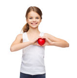 空白的白色衬衣的女孩有小红色心脏的 库存照片