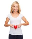 空白的白色衬衣的妇女有小红色心脏的 免版税库存图片